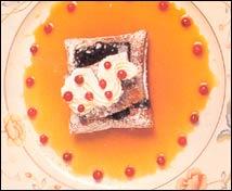 Hojaldre de arándanos con nata y salsa de café