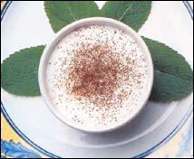 Pequeña taza de turrón y café