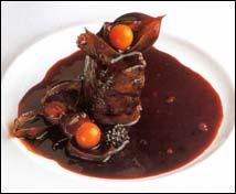Medallones de solomillo de cerdo con tocino ibérico y salsa agridulce de frutos exóticos