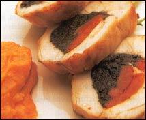 Pechuga de pollo rellena de pimientos y aceitunas con ajo colorado