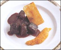 Sarrio estofado con compota de orejones y crujiente de patata